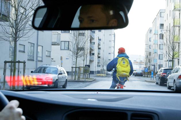 左折時に左寄せは義務なのに…「幅寄せしやがって!」ネット上で自転車vsクルマが対立