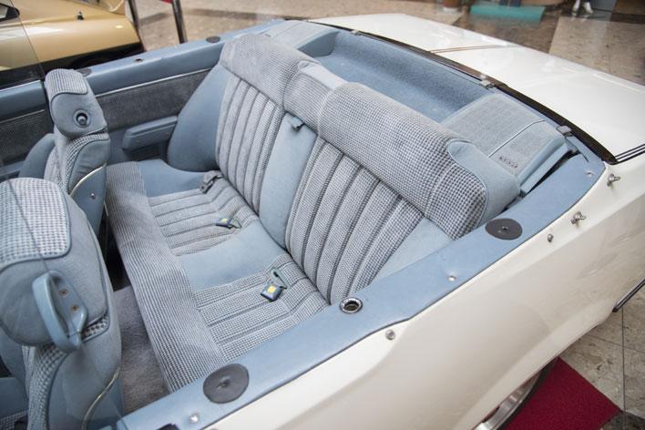 """手前に見える穴に柱を差し、簡易な幌をかける古い英国車などでみられるスタイルをとる。<[西部警察 特別機動車両 Vol.3]""""ガゼール オープン""""徹底解析>"""