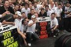 2009年度ドライバーズ・チャンピオンと2009年度コンストラクターズ(製造者部門)を獲ったブラウンGP。中央がJ.バトン