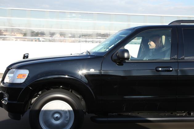 去年の夏に、エクスプローラーを運転する女の人を見たの・・