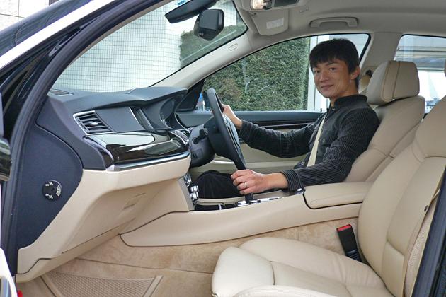 BMW 5GTを試乗する岡本幸一郎氏