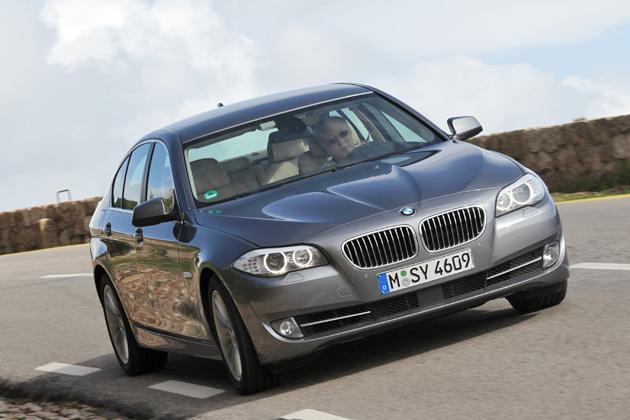 BMW 新型5シリーズを試乗する日下部氏