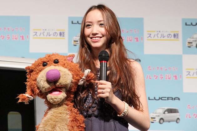 豊田エリーさんとキャラクターのルクラッコ