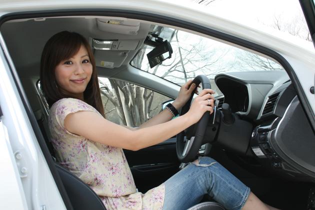 竹澤友美さん。愛車 レガシィ B4の車内にて。