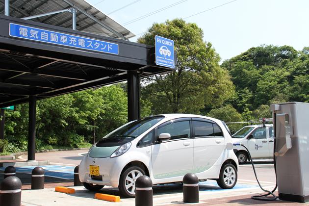 横須賀PAに設置された「エコパーキングエリア」で充電!