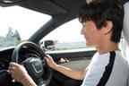 アウディ RS5を試乗中の岡本幸一郎氏