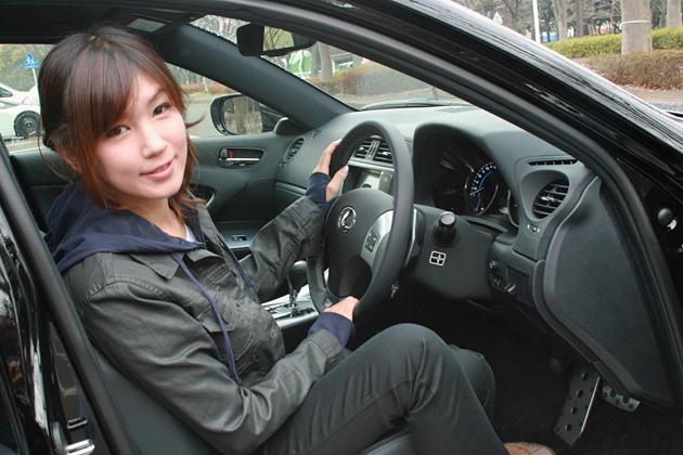 赤城康子さんと愛車のレクサス IS Fスポーツ