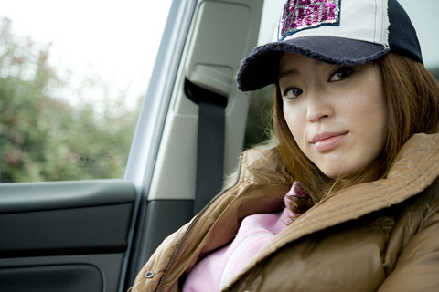 「運転?得意ですよ!」駐車したクーガのなかで、そう話す彼女。