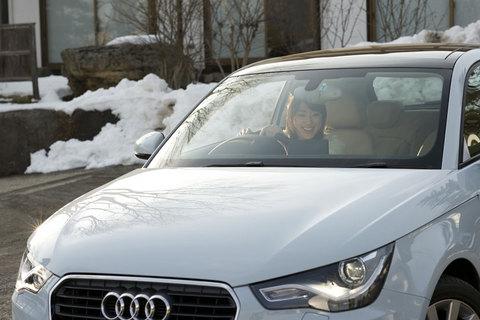 特徴的なヘッドランプをもつアウディA1。車内では、舞さんがなにやら楽しそう……。