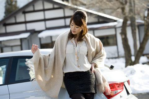 美人とアウディ。雪景色に宿の白壁が映える。