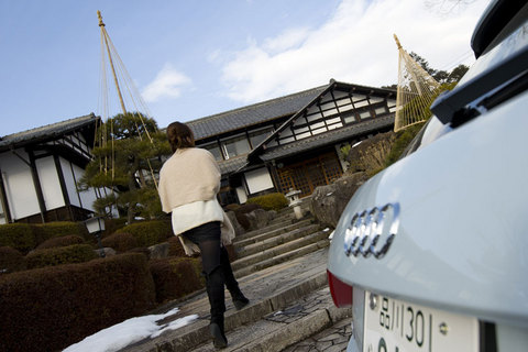 東京から約3時間。訪れたのは群馬県利根郡みなかみ町にある猿ヶ京温泉。上越国境猿ヶ京にたたずむ数寄屋造りの宿「生寿苑」の石の階段をゆく。