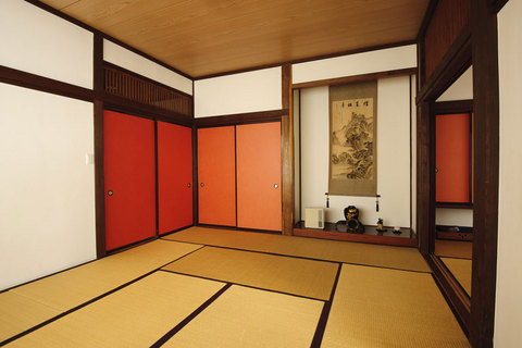 「生寿苑」の客室には、こんなにあでやかな部屋も。珍しい朱色のふすまが一瞬ドキッとさせるのはなぜだろう……。