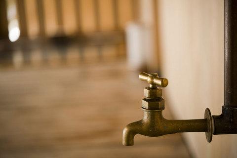 お宿自慢の浴槽へ。まず出迎えてくれたのは、こんなレトロな蛇口さん。