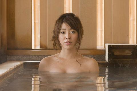 透き通るお湯に、心も透明に。「胸元ばかり見ていないでね。」す、すいません。