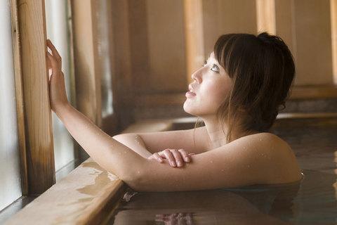 曇りガラスを撫でる姿が、なんだかとても思わせぶりだね。