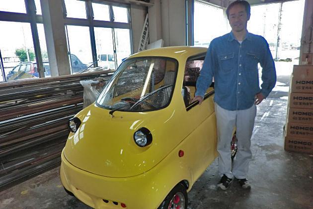 タケオカ自動車工芸の最新型EV「T-10」と、同社専務取締役・武岡学氏
