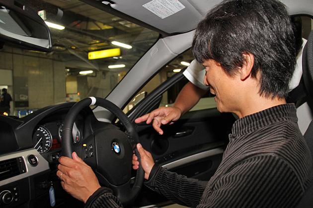 BMW 320iと岡本氏