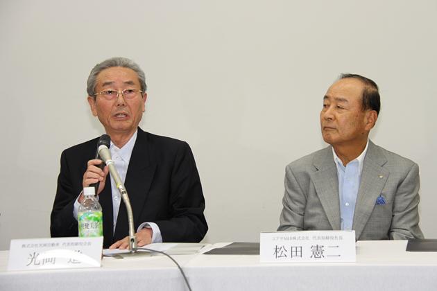 (左)光岡自動車 光岡進 代表取締役会長/(右)ユアサM&B 松田社長