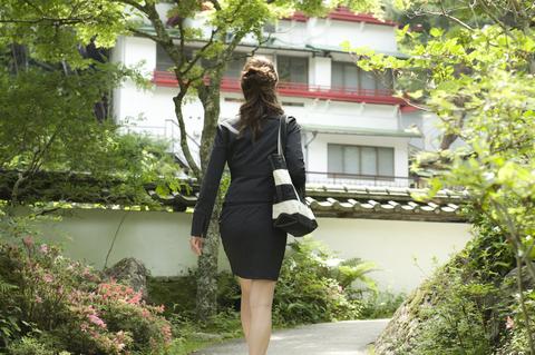 大きな日本庭園を抜けると、白い壁と赤い欄干の取り合わせが美しい対星館が見えてくる。