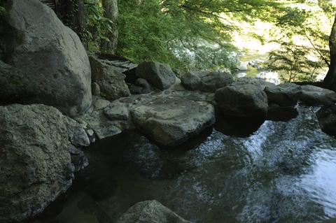 自然の中の温泉。川へ下る斜面に、段々畑のように露天風呂が点在する。
