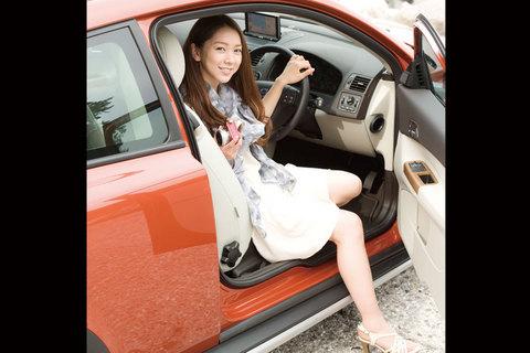よっ!ドライブ美人。ボルボがお似合いですよ・・・。