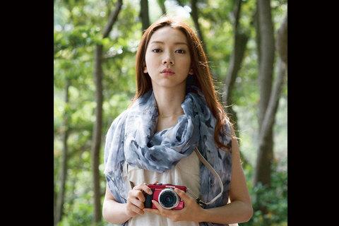 お次は森の中ですか。こんな表情もできるんだね。凛とした表情が、まるでカメラのCMみたい。