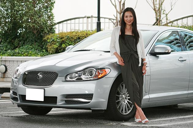 高島優子さんと愛車のジャガーXF