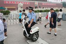 天安門の前で警備する公安関係者。車両名は「T-ROBOT」