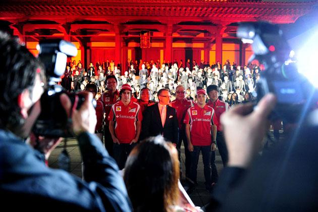 増上寺に集まったフェラーリ チャリティ・オークションの参加者たち