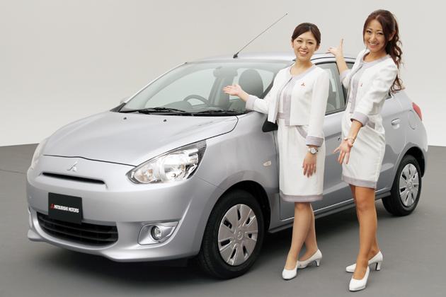 三菱 新型 ミラージュと、三菱コミュニケーションスタッフの川村 麻衣さん(左)、阿川 麻美さん(右)