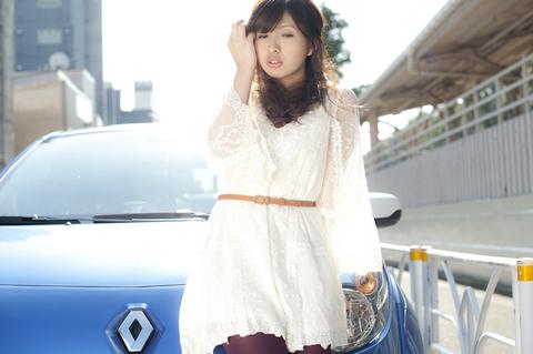 「今回のモデルは愛沢舞美ちゃん。白のワンピースと TWINGO GORDINIの青がとっても似合っているよ。」