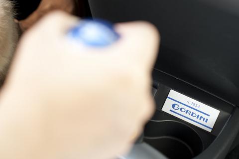 「GORDINIシリアルプレート」もバッチリ。いっくよぉー!シートベルトちゃんと締めなきゃダメよ!  「ちょ、ちょ、ちょ、ちょっと待った!このクルマはルノーのブっ飛びDNAが・・・どひひひひひィー!!!!!」