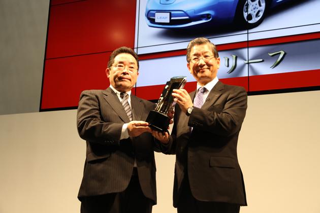 (左)鈴木俊治 2011-2012 日本カー・オブ・ザ・イヤー実行委員長/(右)日産 志賀俊之最高執行責任者(COO)