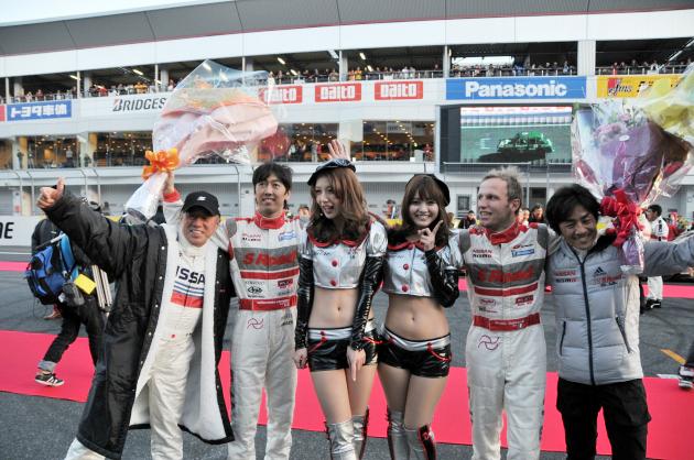 [NISMO FESTIVA2011シーズン、SUPER GTシリーズにおいて、チーム部門とドライバー部門でシリーズチャンピオンを獲得した柳田 真孝選手(左中央)とロニー・クインタレッリ選手(中央右)