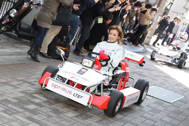 アッキーナ、レーシングカートで原宿を激走!~ドコモXi対応「LG Optimus LTE L-01D」発表イベント~