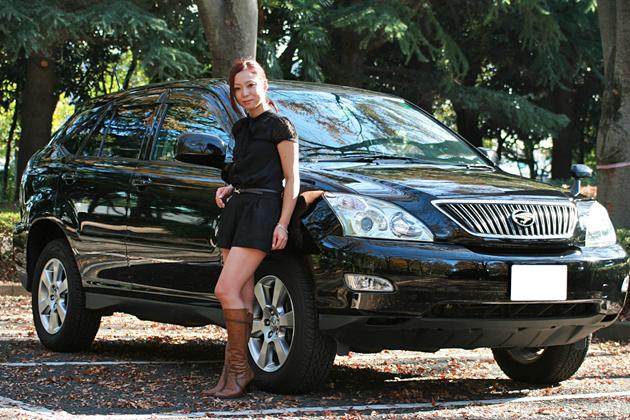 石井美帆さんと愛車のトヨタ ハリアー