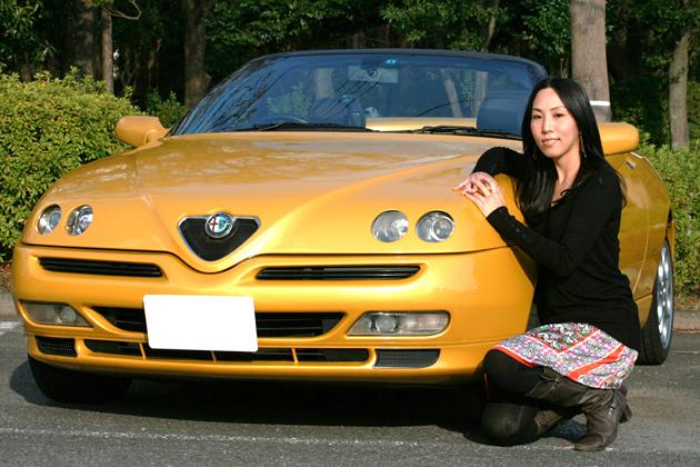 吉岡いずみさんと愛車のアルファ スパイダー