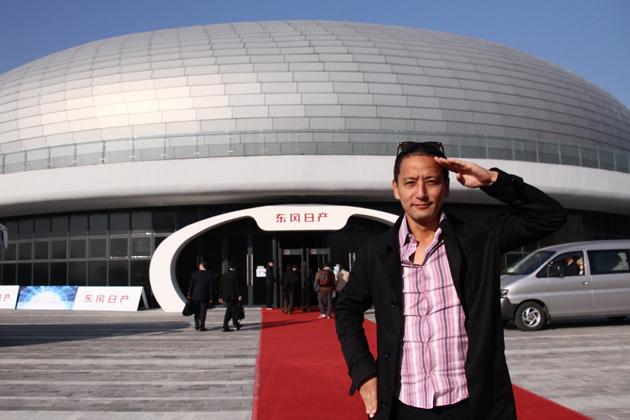 中国・広州のアジア大会巨大跡地で行われた「東風日産 創新之度」イベント会場の小沢コージ氏