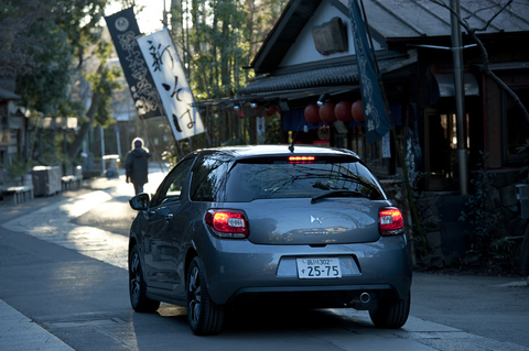 """シトロエンDS3は、女性ジャーナリスト達が選ぶ「Women's Car of the Year 2011」を受賞するなど、今もっとも女性から注目を集めるクルマだ。適度に丸く、適度にスポーティなところがなんとも""""カッコカワイイ""""。そんな洒落たフォルムが特徴的な魅力ある一台だ。"""