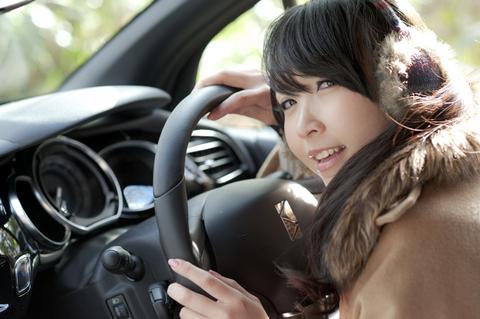 「いつも家のクルマ運転してますよ。ドライブは大好きです!」  そっか、どうりでシフトの持ち方が慣れていると思った。