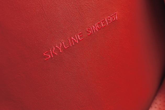 日産 スカイライン クーペ 期間/台数限定特別仕様車「55th Limited」55周年記念刺繍(前席)